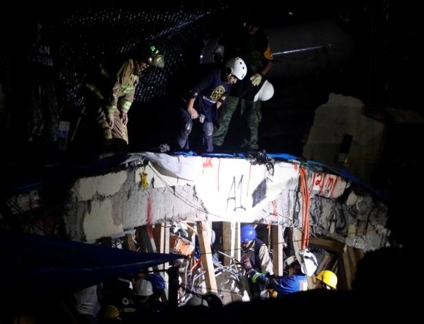 Resgatistas trabalham durante a noite de quarta à procura de alunos na escola Rebsamen