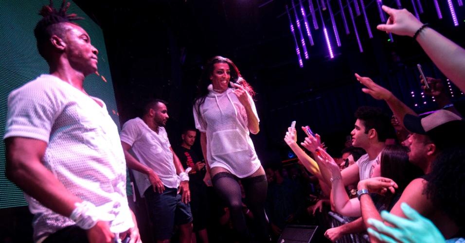 30.jul.2017 - A cantora de funk MC Pepita durante show em clube noturno LGBT no centro do Rio de Janeiro