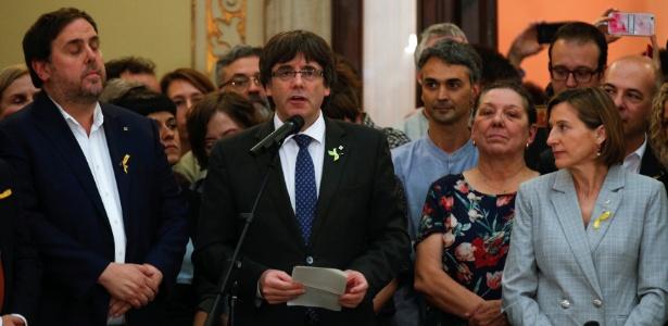 O presidente catalão Carles Puigdemont discursa após parlamento aprovar resolução que abre caminho para independência da região