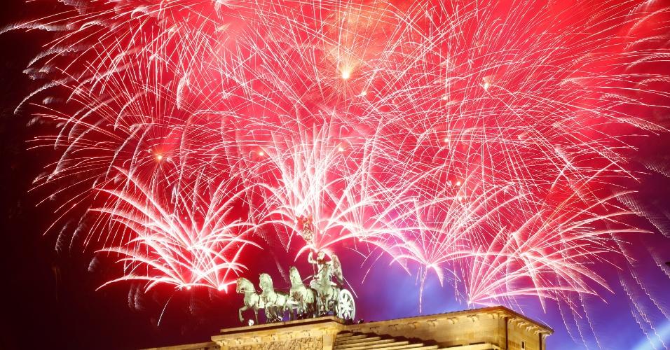31.dez.2017 - Em Berlim, na Alemanha, a chegada de 2018 foi comemorada com fogos no Portão de Brandemburgo