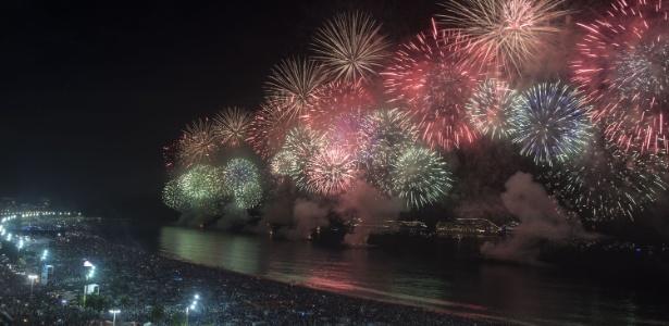 Queima de fogos em frente à praia de Copacabana