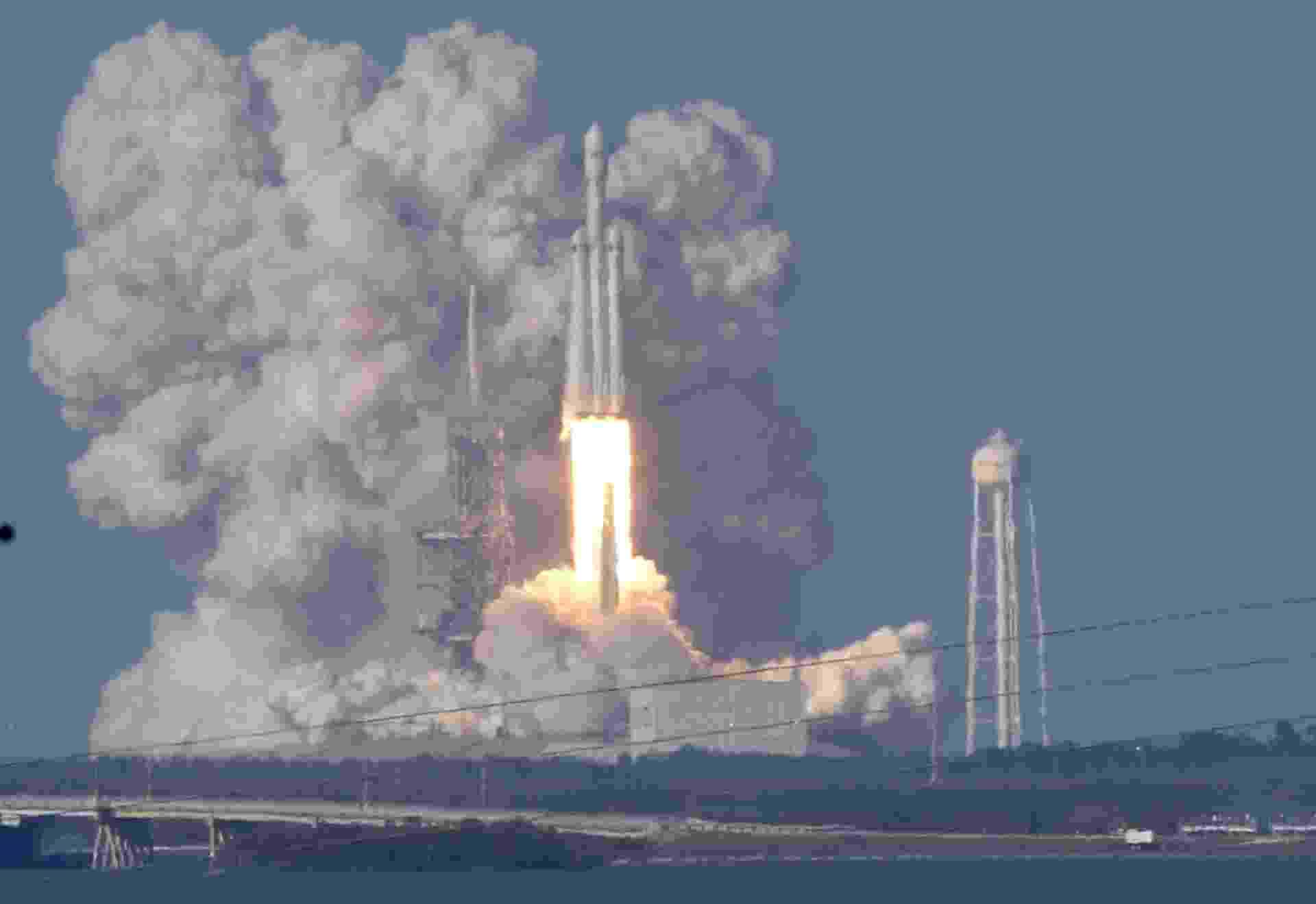 6.fev.2018 - Com um atraso de quatro anos, o gigantesco foguete Falcon Heavy, da empresa privada SpaceX, iniciou nesta sexta-feira (6) o seu primeiro voo sem nenhum tripulante, mas com a missão de levar ao espaço uma carga especial e bastante inusitada: um carro elétrico6.fev.2018 - Com um atraso de quatro anos, o gigantesco foguete Falcon Heavy, da empresa privada SpaceX, iniciou nesta sexta-feira (6) o seu primeiro voo sem nenhum tripulante, mas com a missão de levar ao espaço uma carga especial e bastante inusitada: um carro elétrico - Thom Baurs/Reuters