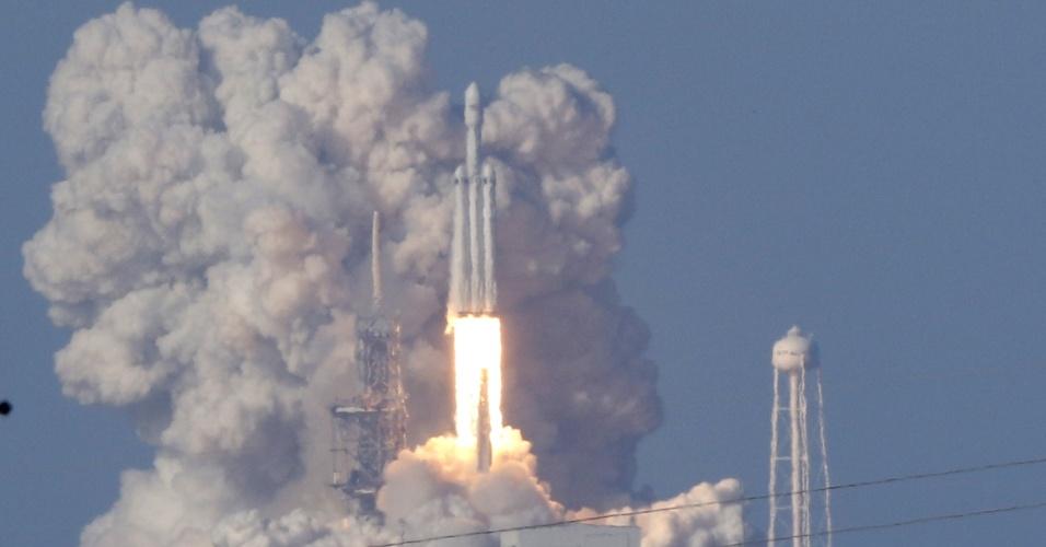 6.fev.2018 - Com um atraso de quatro anos, o gigantesco foguete Falcon Heavy, da empresa privada SpaceX, iniciou nesta sexta-feira (6) o seu primeiro voo sem nenhum tripulante, mas com a missão de levar ao espaço uma carga especial e bastante inusitada: um carro elétrico6.fev.2018 - Com um atraso de quatro anos, o gigantesco foguete Falcon Heavy, da empresa privada SpaceX, iniciou nesta sexta-feira (6) o seu primeiro voo sem nenhum tripulante, mas com a missão de levar ao espaço uma carga especial e bastante inusitada: um carro elétrico