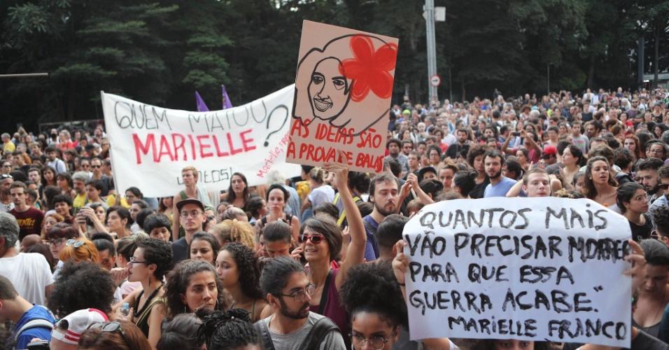 15.mar.2018 - Manifestantes se concentram no vão do Masp, na Avenida Paulista, em São Paulo, na tarde desta quinta-feira (15) para protestar contra os assassinatos da vereadora Marielle Franco (PSOL) e do motorista Anderson Pedro Gomes