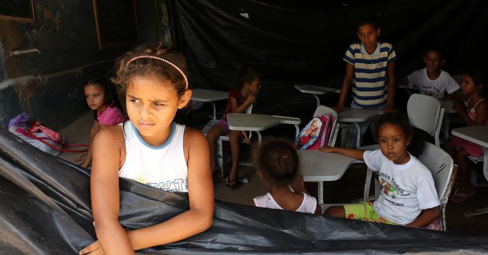 5.abr.2018 - Os pais da comunidade reclamam da distância das escolas para onde seriam transferidas as crianças e da qualidade do transporte escolar
