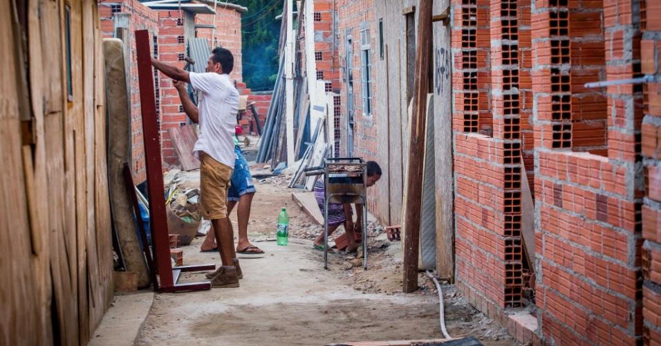 14.abr.2018 - A construção de casas em ocupações como a Terra Prometida, no Jardim Imperador, na zona leste, não para
