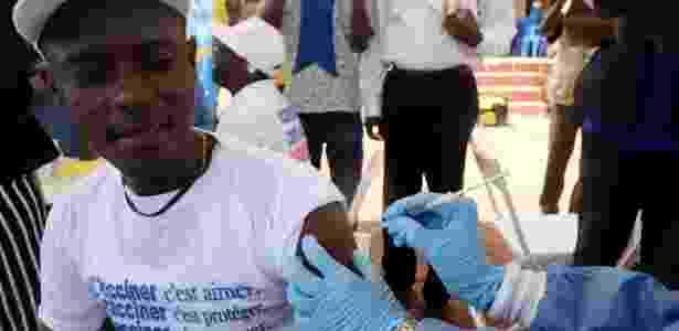 Assistente de saúde aplica vacina contra ebola em homem em Mbandaka, na República Democrática do Congo - Kenny Katombe/Reuters
