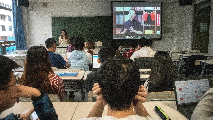 Alunos assistem a uma palestra on-line sobre ideologia maoísta na Universidade Tsinghua em Pequim - Giulia Marchi/The New York Times
