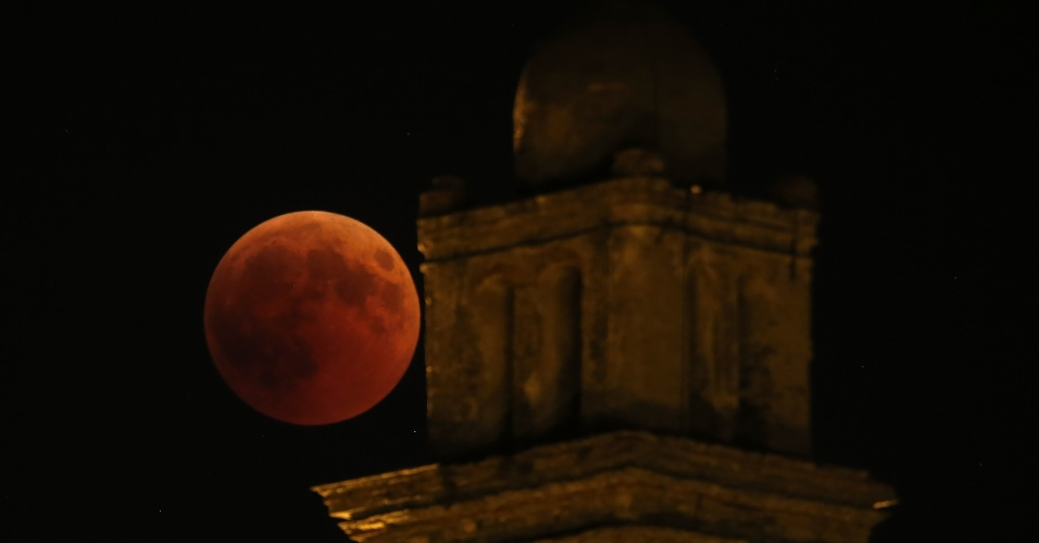 27.jul.18 - Lua de sangue vista na igreja de Venzolasca na Córsega, ilha francesa do Mar Mediterrâneo