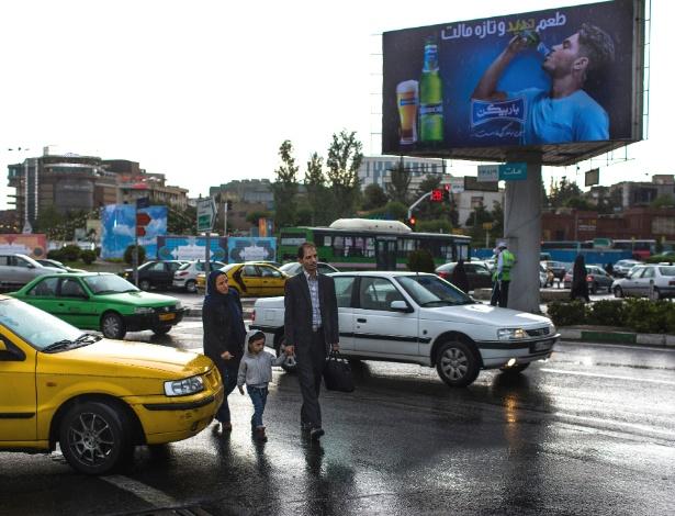 Pedestres atravessam rua em Teerã, no Irã