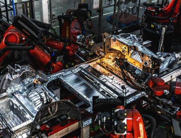 Braços robóticos soldam partes de um Tesla Model 3 na fábrica da empresa em Fremont, Califórnia - Christie Hemm Klok/The New York Times