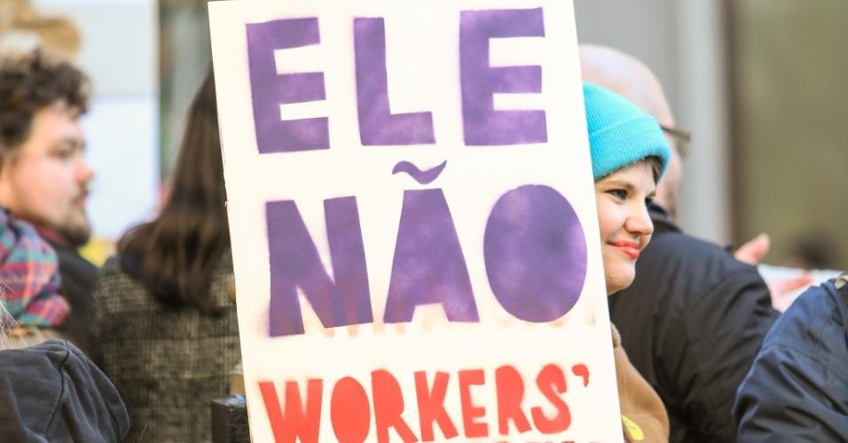 28.out.2018 - Brasileiros se manifestam contra o candidato Jair Bolsonaro (PSL) em frente a Embaixada Brasileira em Londres, no Reino Unido, no segundo turno das Eleições 2018