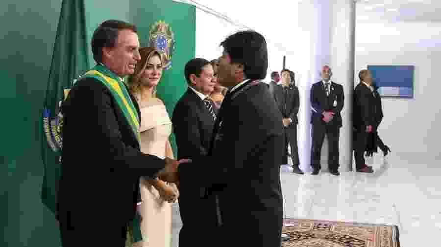 1º.jan.2019 - Presidente Jair Bolsonaro recebe os cumprimentos de Evo Morales durante sua cerimônia de posse em Brasília - Marcos Corrêa/PR