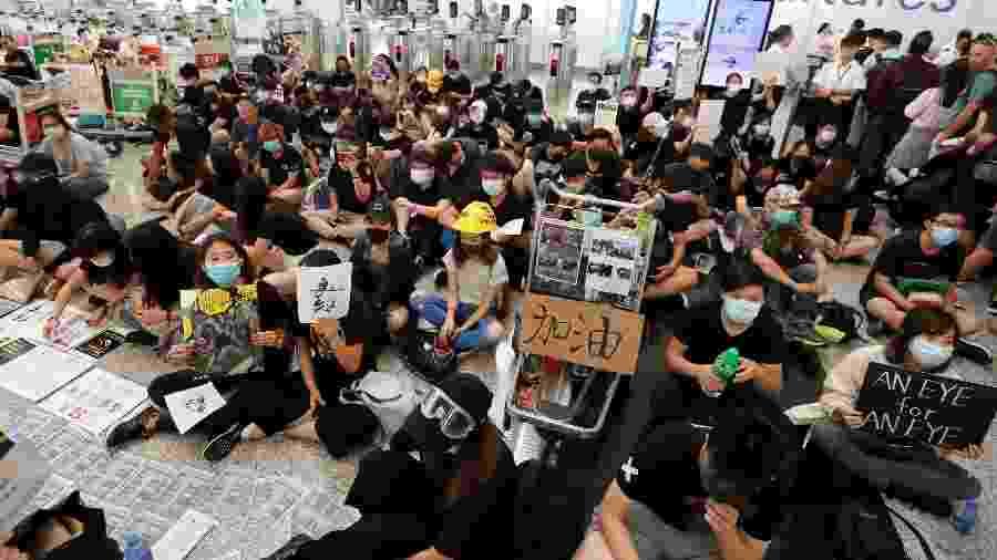Centenas de militantes pró-democracia voltam a protestar no aeroporto de Hong Kong - Reuters/Issei Kato