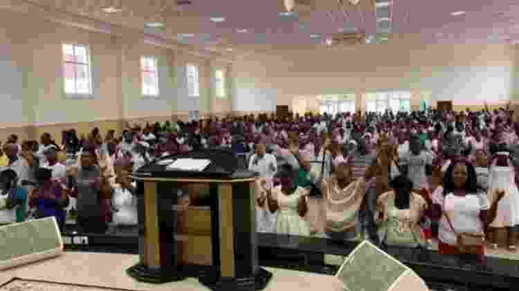 Culto da Iurd em São Tomé e Príncipe, onde a igreja brasileira está presente há 14 anos e absorveu 2% dos fiéis do país - IURD - IURD