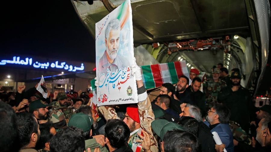 O corpo de Qassim Suleimani na chegada ao Aeroporto Internacional de Ahvaz, no Irã - Hossein Mersadi/AFP