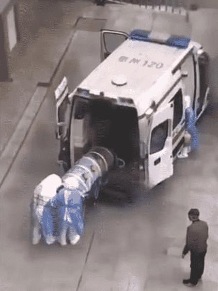 21.jan.2020 - Paciente suspeito de infecção pelo novo coronavírus é transportado em tubo plástico, na China - Reprodução/RFA