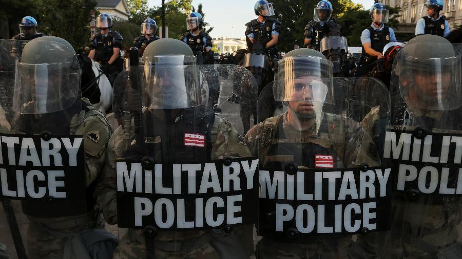 Oficiais da Guarda Nacional fazem barreira próximo à Casa Branca, em Washington - JONATHAN ERNST/REUTERS
