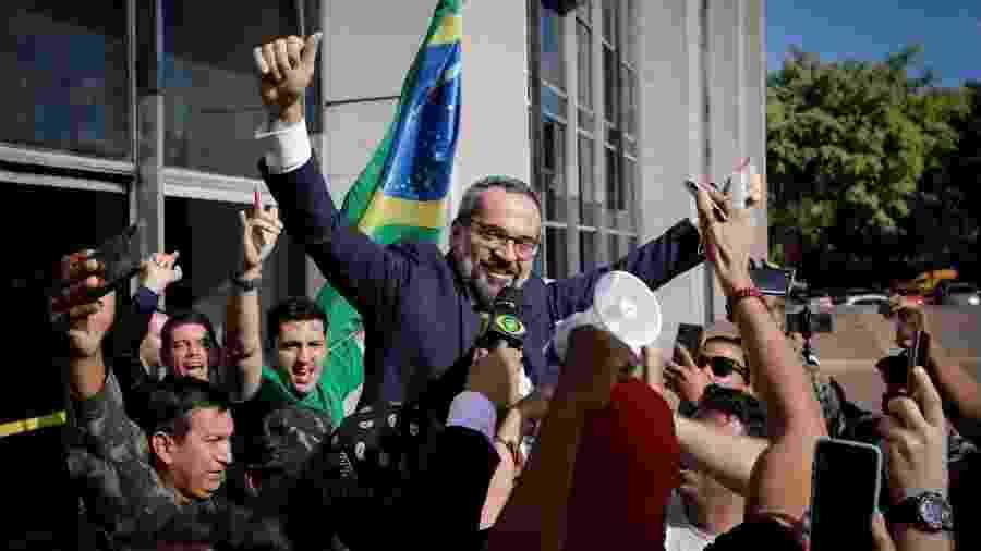 4.jun.2020 - O então ministro da Educação, Abraham Weintraub, é carregado por apoiadores ao deixar o prédio da Polícia Federal - Dida Sampaio/Estadão Conteúdo