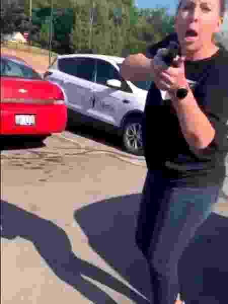 Discussão aconteceu no estacionamento de um fast food em Orion Charter Township, em Michigan, nos EUA - Reprodução/Twitter
