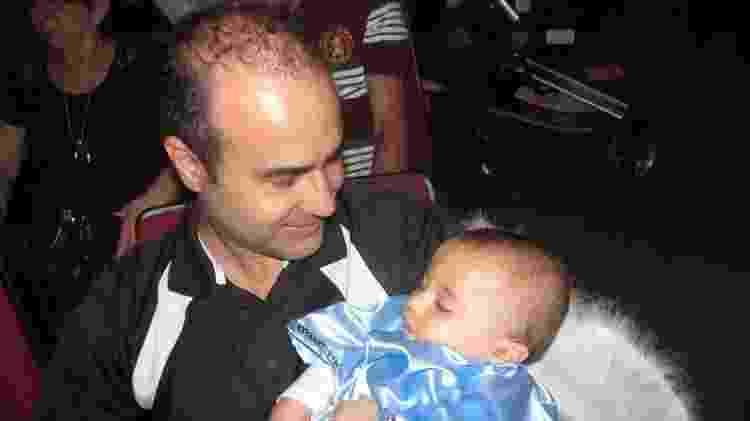 Joel de Oliveira Junior com seu filho Lucas, diagnosticado com neuroblastoma na glândula suprarrenal - Acervo pessoal - Acervo pessoal