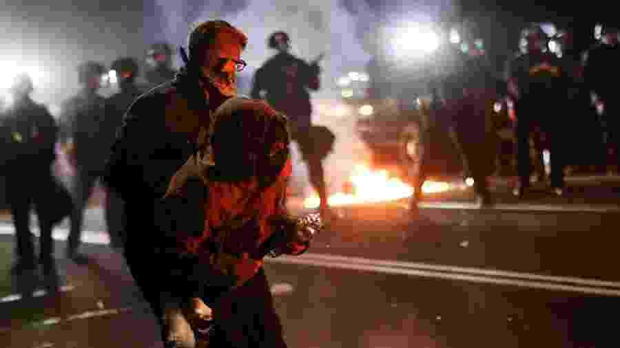 Manifestantes atiraram e pedras e bombas; polícia usou gás lacrimogênio - CARLOS BARRIA/REUTERS
