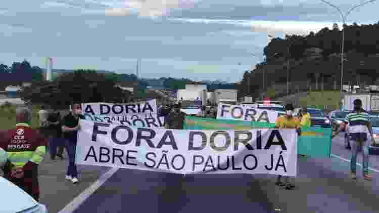Grupo de caminhoneiros protesta na Rodovia Castello Branco - Felipe Pereira/UOL - Felipe Pereira/UOL