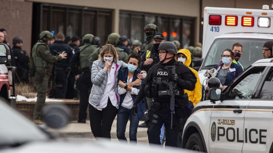 Pessoas deixam supermercado em Boulder (EUA) após tiros serem disparados - Chet Strange/Getty Images/AFP