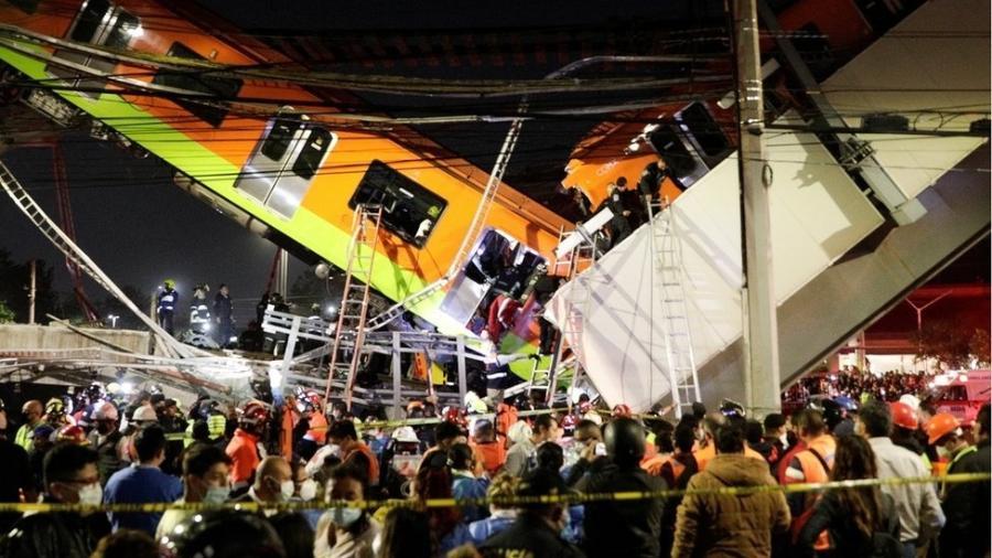 Um trecho de via elevada e alguns vagões da linha 12 do metrô desabaram na noite de segunda-feira na capital mexicana. - Reuters