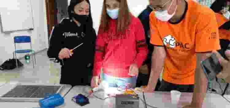 Jovens usam placar solar para entender o processo de geração e distribuição de energia para aparelhos eletrônicos - Fábio Miranda - Fábio Miranda