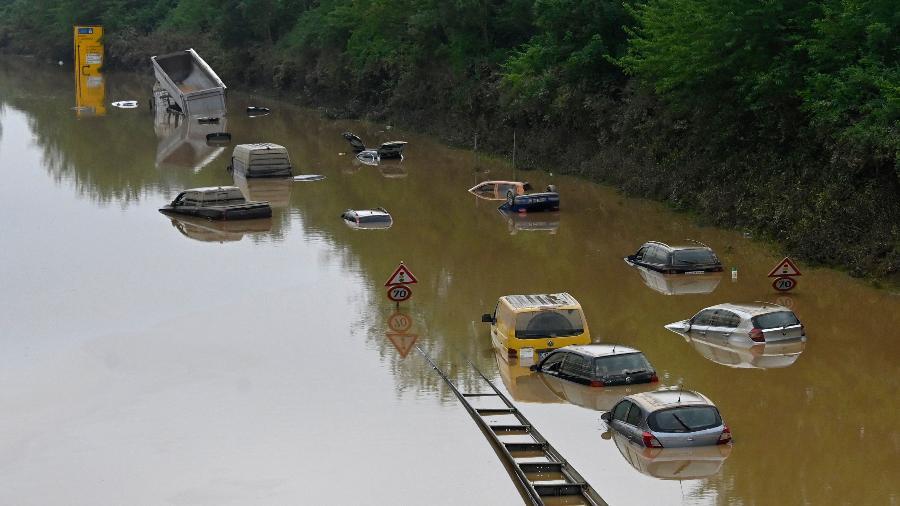 16.jul.2021 - Carros ficaram submersos em uma rodovia em Erftstadt, na Alemanha - Sebastien Bozon/AFP