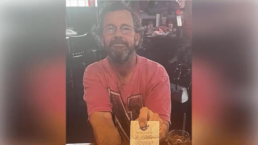 Gregory Jarvis, de 57 anos, com o bilhete de loteria premiado - Reprodução/Youtube