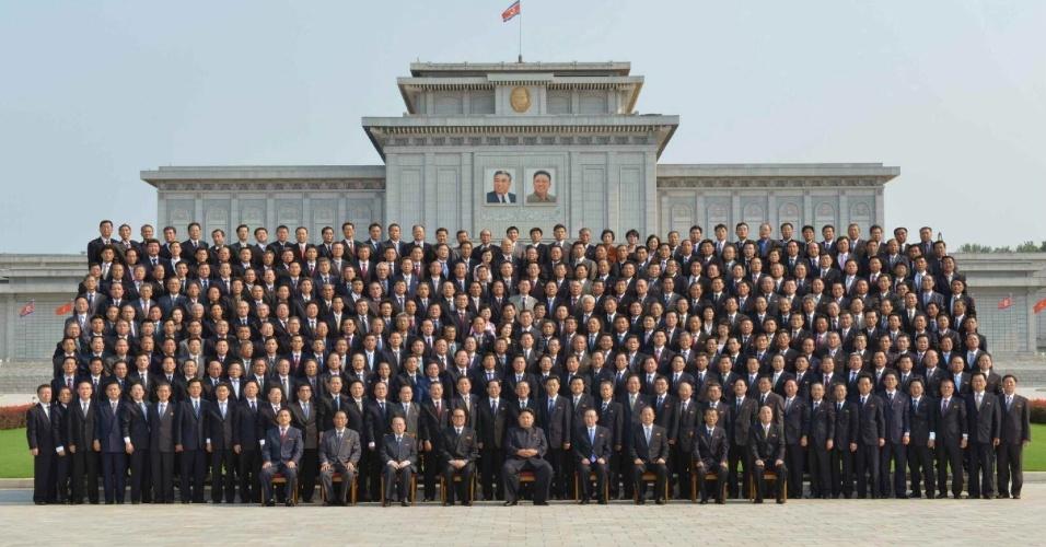 15.jul.2015 - Em foto divulgada pelo jornal oficial do Partido dos Trabalhadores da Coreia do Norte, o líder Kim Jong-un (centro) posa com o corpo diplomático do país durante encontro em local não revelado