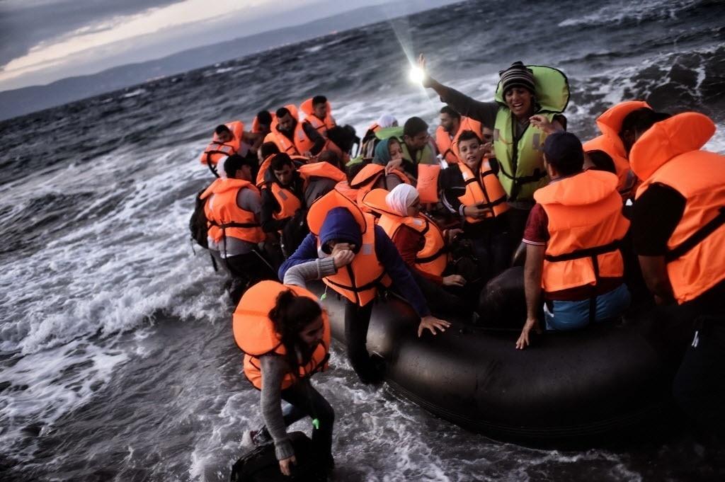 1º.out.2015 - Barco com refugiados chega na ilha Lesbos, na Grécia, após sair da Turquia e atravessar o mar Egeu. As autoridades gregas evacuaram acampamento improvisado para migrantes no centro de Atenas e os levaram para instalações abandonadas dos Jogos Olímpicos de 2004, reabertas exclusivamente para abrigar os refugiados