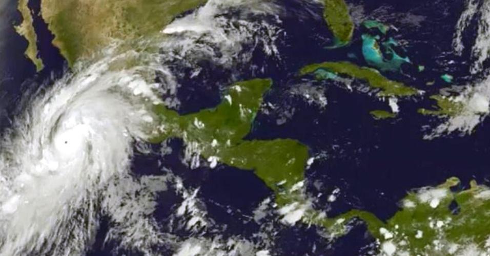 """23.out2015 - Em imagem de satélite, o furacão Patricia se aproxima da costa oeste do México. A tempestade atingiu a categoria 5, a mais alta na escala de Saffir-Simpson, o que levou o governo mexicano a declarar estado de """"emergência extraordinária"""" em vários municípios da costa do oceano Pacífico. Patricia deve atingir o continente até a noite desta sexta-feira"""