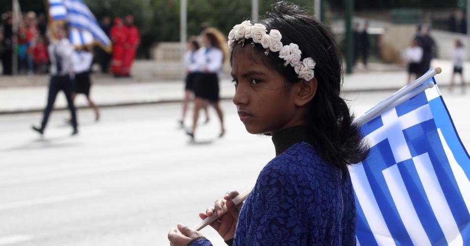 28.out.2015 - Desfile estudantil em Atenas comemora a recusa da Grécia em permitir que tropas fascistas italianas entrassem no país durante a Segunda Guerra Mundial