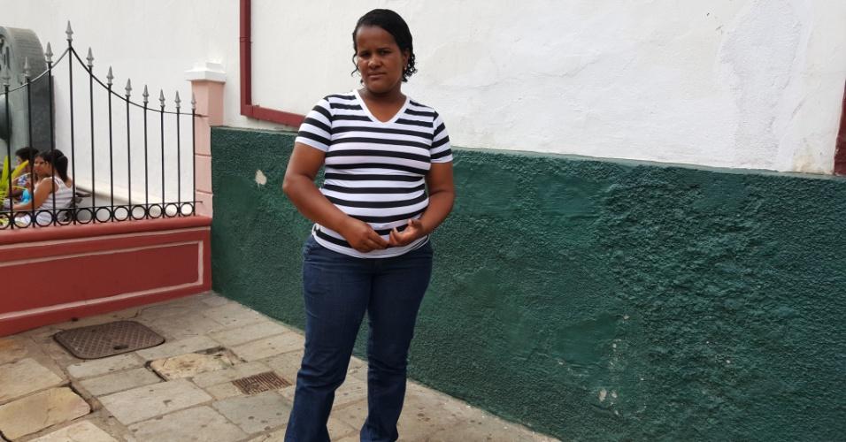 11.nov.2015 - A auxiliar de serviços gerais Paula Geralda Alves, 36, que ajudou com sua moto a fazer o resgate de vítimas do rompimento das barragens em Mariana (MG)
