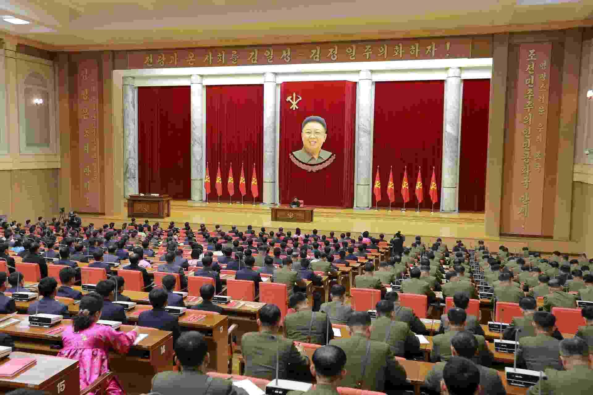 29.dez.2015 - O líder norte-coreano Kim Jong-un participa do 3º Encontro de Ativistas em Pesca sob o Exército Popular Coreano, em Pyongyang - KCNA/Reuters