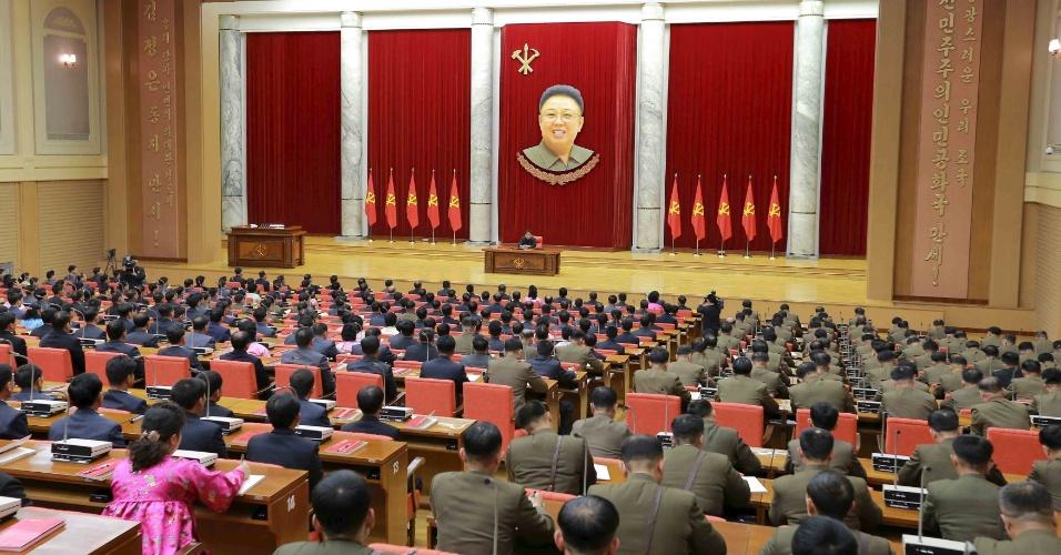 29.dez.2015 - O líder norte-coreano Kim Jong-un participa do 3º Encontro de Ativistas em Pesca sob o Exército Popular Coreano, em Pyongyang
