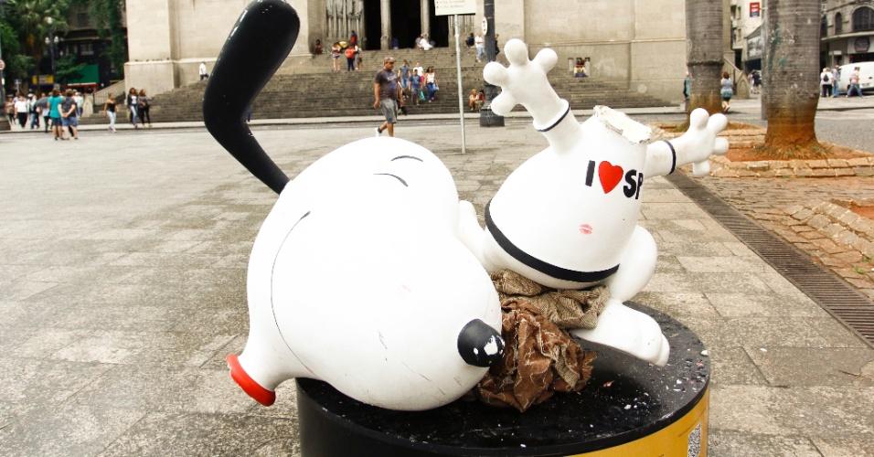 14.jan.2016 - Estátua do personagem Snoopy é depredada na praça da Sé, centro de São Paulo. Dez estátuas do personagem foram espalhadas em uma exposição pela cidade