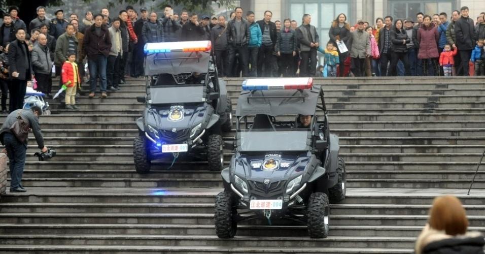 18.jan.2016 - Polícia chinesa faz demonstração de dois carros de patrulha em escadaria de Chongqing