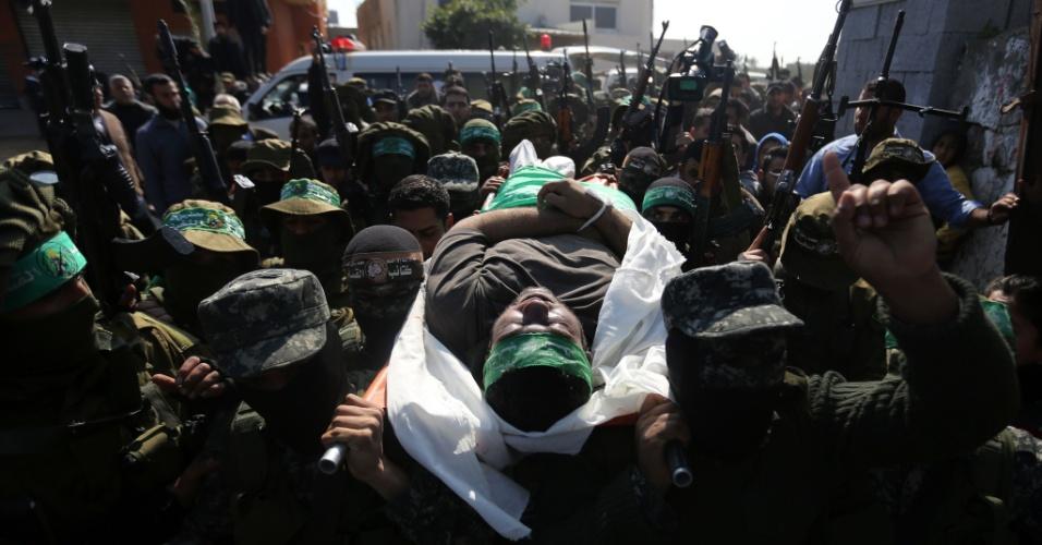 13.fev.2016 -  Militantes palestinos da brigada Ezzedine al-Qassam, braço armado do Hamas, carregam o corpo do manifestante palestino Ahmed al-Zahar na vila de Al-Moghraga, perto do campo de refugiados de Nuseirat na faixa de Gaza. O desabamento de um túnel matou dois militantes do braço armado do Hamas