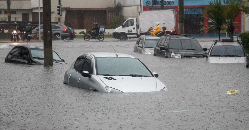 15.fev.2016 - Carros ficam parcialmente embaixo da água na rua Salvador Fernando Lopes, na Vila Prudente, zona leste de São Paulo, em tarde de forte chuva na capital paulista