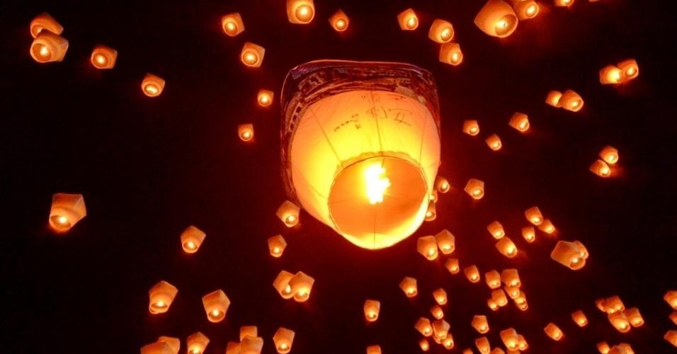 22.fev.2016 -  Mais de 1600 lanternas flutuantes enfeitam o céu de Taipé, em Taiwan durante festival