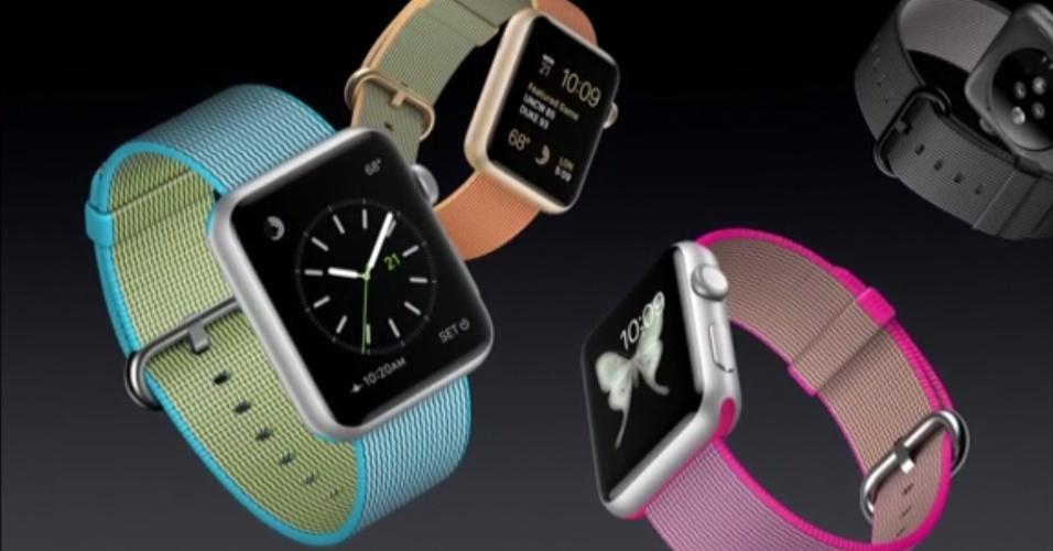 """21.mar.2016 - A Apple anunciou na tarde desta segunda-feira (21) uma nova versão do seu smartwatch por US$ 299 (cerca de R$ 1.079), quase US$ 100 mais barato que a linha esporte do relógio --cujos preços vão de US$ 349 (R$ 1.259) a US$ 399 (R$ 1.439). A chamada """"linha primavera"""" traz pulseiras mais coloridas de nylon"""