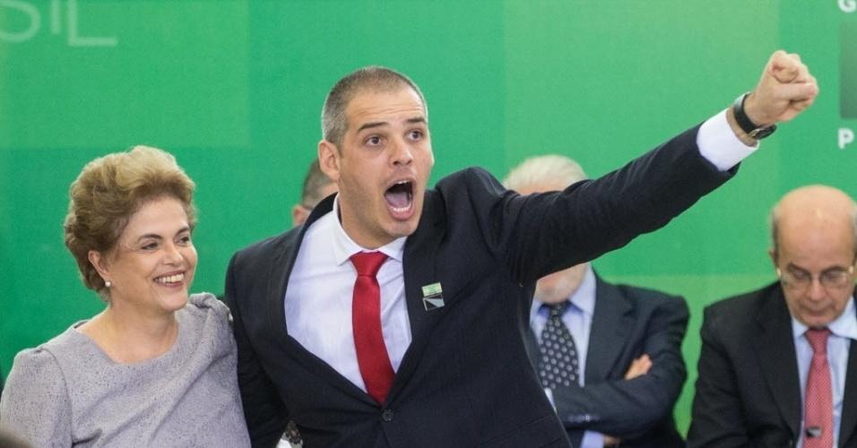 22.mar.2016 - Estudante de Direito Tiago Botelho grita