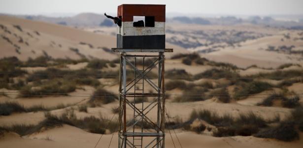 Policial gesticula de torre de observação visto do lado israelense do Sinai, no deserto do Neguev