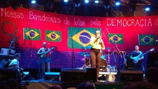 5.abr.2016 - Ju Borges canta para manifestantes presentes no ato