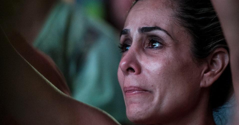 17.abr.2016 - Manifestante contra a saída da presidente Dilma Rousseff acompanha votação dos deputados federal sobre o processo de impeachment, na praça da Estação, em Belo Horizonte