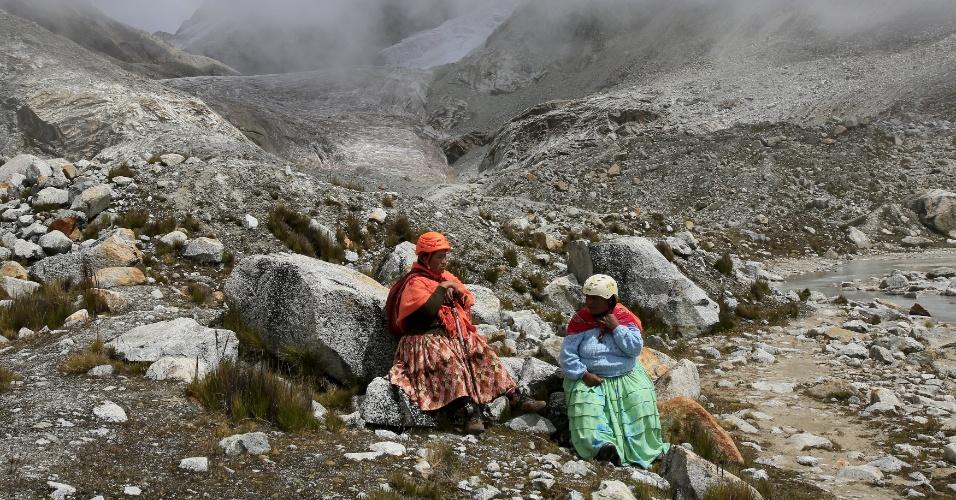21.abr.2016 - Mulheres indígenas aimarás descansam no monte Huayna Potosi, na Bolívia, durante escalada. Elas têm uma vantagem em relação aos demais montanhistas estrangeiros: estão acostumadas com as altitudes elevadas das montanhas bolivianas